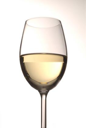 vino blanco en una copa de vino blanco