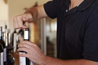 empujando el corcho en una botella de vino
