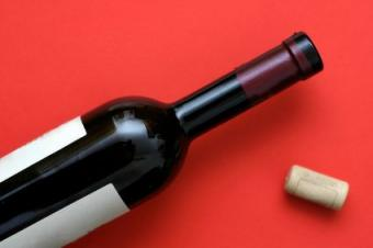 botella abierta de vino
