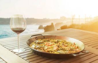Paella con vino tinto