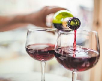 Verter vino tinto en vasos