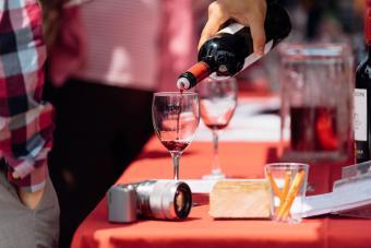 Verter vino en el Festival del Vino de Montpelier